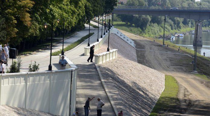 Szolnok, 2014. július 25. Az Új Széchenyi Terv keretében megvalósult árvízvédelmi beruházás részeként épült sétány és támfal Szolnokon 2014. július 25-én. A több mint 2,3 milliárd forint értékû beruházás teljes egészében európai uniós forrásból jött létre, a projekt keretében az elõírás szerinti mértékre építették ki a Tisza mentén az iparterületi árvízvédelmi fõvédvonalat és a belvárosi szakaszokat. MTI Fotó: Mészáros János
