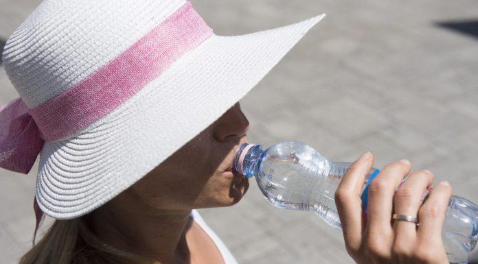 Nyíregyháza, 2017. június 28. Egy járókelõ a közterület-felügyelet munkatársától kapott vizet issza a kánikulában Nyíregyházán 2017. június 28-án. MTI Fotó: Balázs Attila
