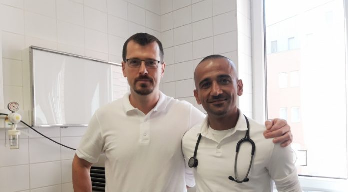 Dr. Szántó Zoltán mellkassebész és dr. Parham Choroomi aneszteziológus (Fotó: Hetényi Géza kórház) Dr. Szántó Zoltán mellkassebész és dr. Parham Choroomi aneszteziológus (Fotó: Hetényi Géza kórház)
