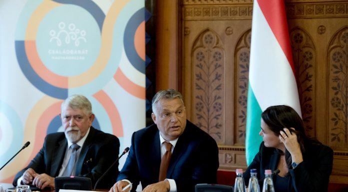 Orbán Viktor miniszterelnök (k), Kásler Miklós, az emberi erőforrások minisztere (b) és Novák Katalin, család- és ifjúságügyért felelős államtitkár az Idősek Tanácsának ülésén az Országházban 2019. október 1-jénFORRÁS: MTI/KOSZTICSÁK SZILÁRD