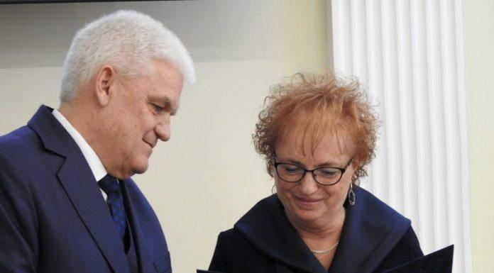 Az ünnepségen Bolyhosné Jancsó Éva, a Jász- Nagykun- Szolnok Megyei Gyermekvédelmi Központ igazgatóhelyettese és SZMJV Egészségügyi és Bölcsődei Igazgatósága bölcsődei intézményegységének képviseletében Péntek Ágnes, az intézmény vezetője vette át az elismerést.