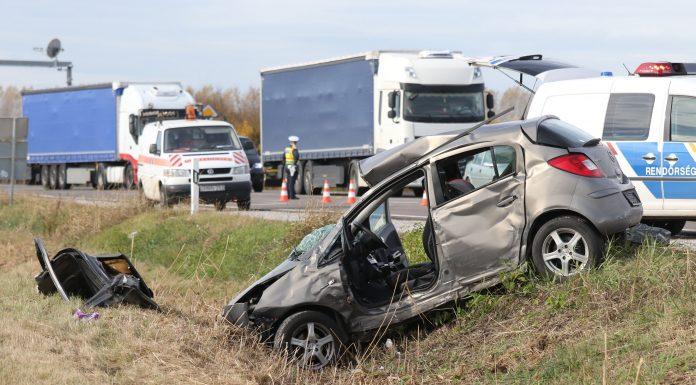 Szolnok, 2019. november 5. Összeroncsolódott személyautó Szolnokon, a 4-es út 102-es kilométerénél 2019. november 5-én. A gépjármû összeütközött egy kamionnal; a balesetben a személygépkocsi sofõrje és utasa a helyszínen életét vesztette. MTI/Mészáros János