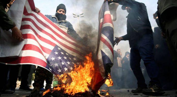 Amerikai és brit zászlót égetnek a likvidálások ellen tiltakozó teherániak. Lángba borulhat a térség Fotó: Reuters