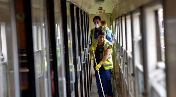 Gyakran a takarítók bukkannak rá az ottfelejtett holmira, amit leadnak az állomáson Fotó: MTI/Máthé Zoltán