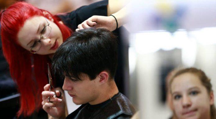 Csattog az olló. A szépségszalonokban a vendégek hajából vágnak. Most a fodrászok közterhéből Fotó: Kurucz Árpád