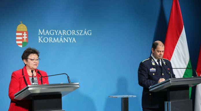 Müller Cecília országos tisztifőorvos és Lakatos Tibor, az operatív törzs ügyeleti központjának vezetője Fotó: MH/Purger Tamás