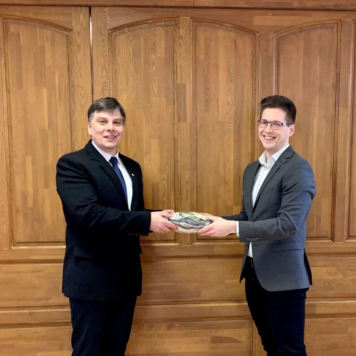 Koncz Tibor a Karcagi Református Egyházközség lelkész-elnöke és Ökrös Dávid elnök. (Kép: Nexus Közösség Facebook)