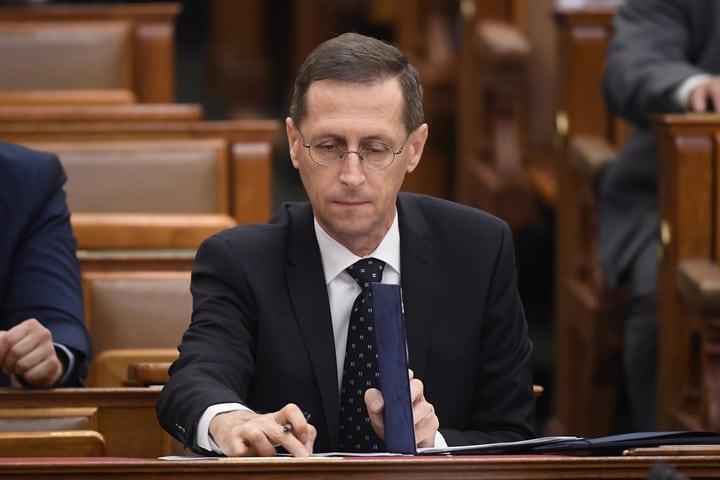 Budapest, 2020. július 3. Varga Mihály pénzügyminiszter a 2021-es költségvetés elfogadásáról szóló szavazáson, az Országgyûlés plenáris ülésén 2020. július 3-án. MTI/Kovács Tamás
