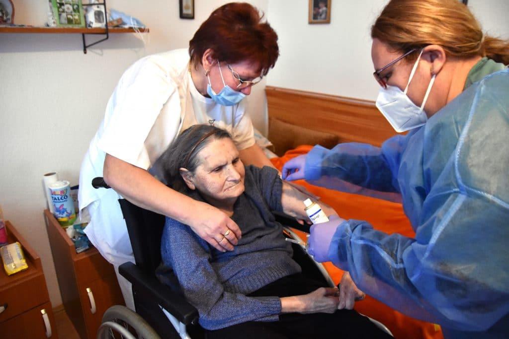 Az idősotthonokban élők oltása is megkezdődött