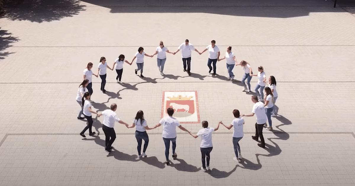 [VIDEÓ] A karcagi városháza előtt is táncoltak a KSZC dolgozói